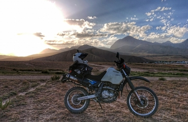 Wyprawy samochodami terenowymi Azja, wypozyczalnia aut 4x4 biszkek rent a motorcycle
